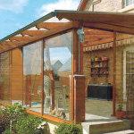seitliche Holz-Verkleidung mit Glas-Schiebeflügel